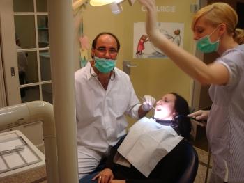 Zähne ziehen bei einem Patienten in Bremen